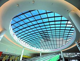 Świetlik dachowy z funkcją wentylacji i oddymiania. Fot. Schüco