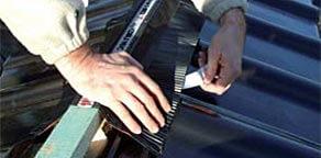 Krok 2: zdjąć folię ochronną z pasków klejących równolegle do kierunku układania, podczas układania grzbietów rozpoczynać od kalenicy i posuwać się w kierunku okapu