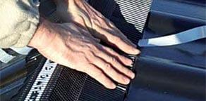 Krok 3: taśmę dociskać w odstępach do pokrycia, dopasowując plisowanie do kształtu dachówki, zwrócić uwagę na dokładne dociśnięcie brzegu taśmy do dachówki, co zapobiegnie jego odklejaniu się