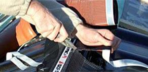Krok 4: resztkę taśmy pozostałą przy końcu kalenicy lub grzbietu odciąć nożem lub nożycami