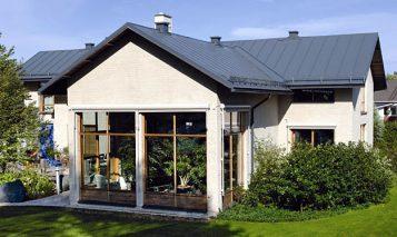 Plannja Emka dzięki swoim właściwościom plastycznym może być stosowana przy pokrywaniu zarówno prostych, jak i skomplikowanych dachów. Fot. Plannja