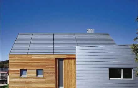 Fot. Blacha RHEINZINK patynapro szaroniebieska układana na dachu w systemie QUICK STEP