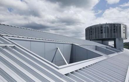 Blacha fałdowa jako hydroizolacja na dachu. Źródło arch. Montana Bausysteme AG