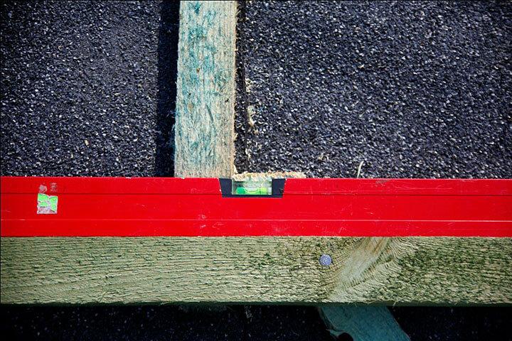 Podstawą poprawnego ułożenia dachówek na wolim oku jest odpowiednie rozmierzenie łat i wykonanie szczelnego podkładu