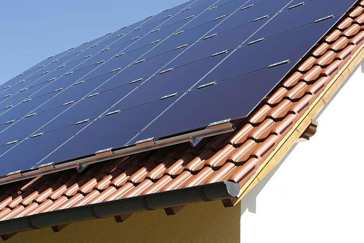 Montaż cienkowarstwowych modułów fotowoltaicznych na dach skośny pokryty dachówką ceramiczną Fot. Schüco