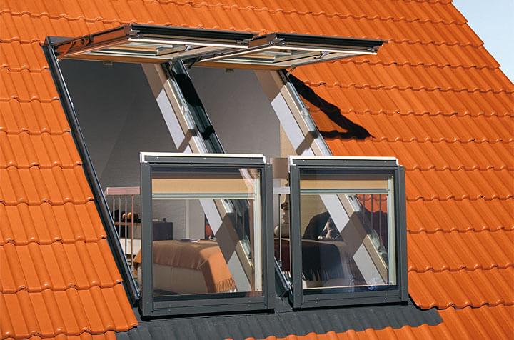 Fot. Fakro. Okno balkonowe FGH-V Galeria, w którym otwarte skrzydła tworzą balkon