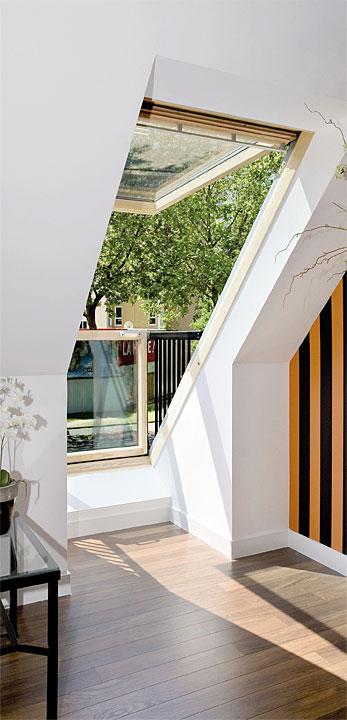 Fot. Velux. Z oknem VELUX Cabrio w łatwy sposób stworzymy mały balkon na poddaszu