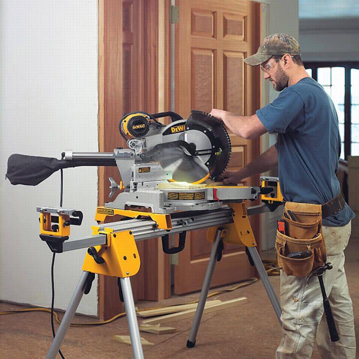 Sprawna obróbka drewna z pilarką DWS780