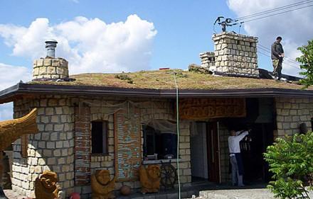 Fot. Końcowy etap wykonania ekstensywnego dachu skośnego – Zajazd Rajcula na południu Polski.