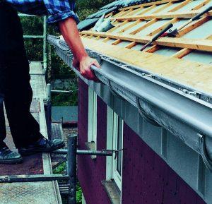 Fot. 4. Dociśnięcie rynny dachowej RHEINZINK® zapewnia umieszczenie jej w pewny i trwały sposób