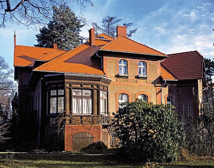 Dach ułożony z dachówki Reviva