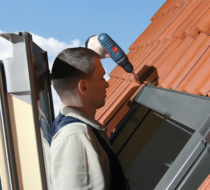 F – zamontowanie uchwytów montażowych na górnej części okna