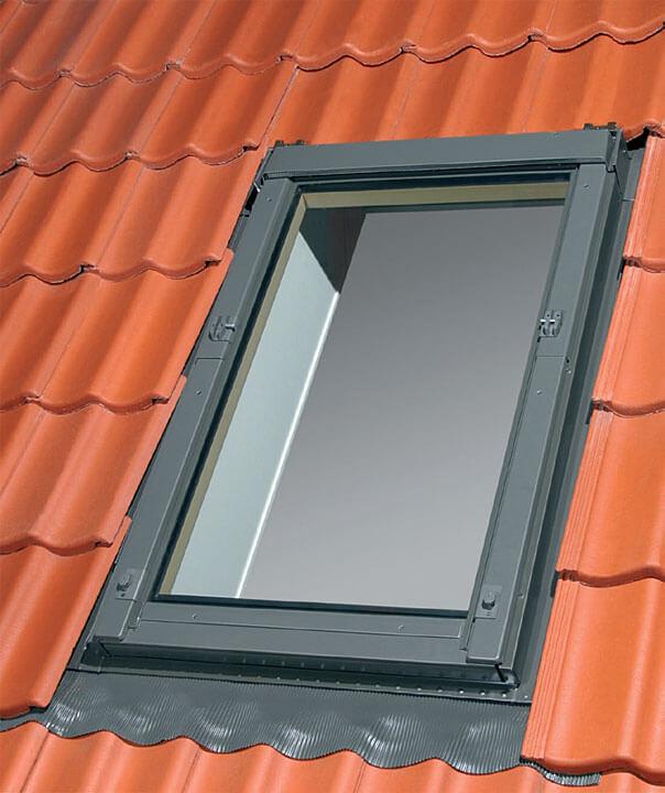 H – okno z przygotowanymi uchwytami do montażu rolety