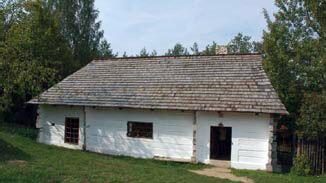 Chata średnio zamożnego chłopa (XIX-XX w.), z osobną częścią gospodarczą dla zwierząt, pobielone ściany drewniane na zrąb, dach czterospadowy kryty gontem drewnianym.