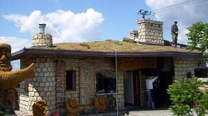 Fot. 1. Końcowy etap wykonania ekstensywnego dachu skośnego – Zajazd Rajcula na południu Polski.