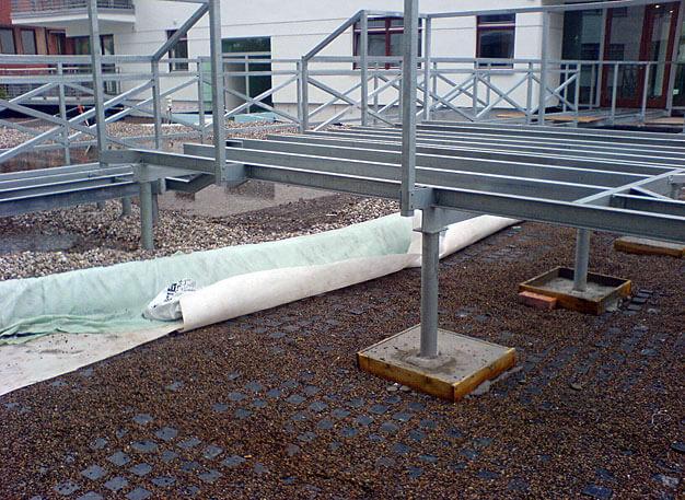 Fot 12. Budowa pomostu nad zbiornikiem wodnym na dachu garażu podziemnego