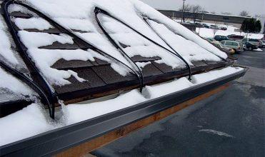 Fot. 1. Ochrona dachów w zimie - samoregulujące przewody FroStop Black.