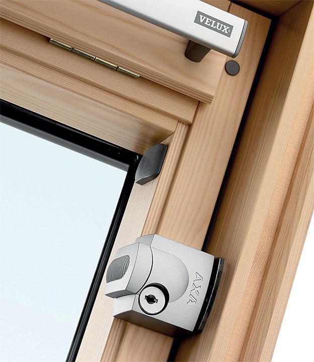 Fot. 3. Okno Velux dodatkowo zabezpieczone zamkami.