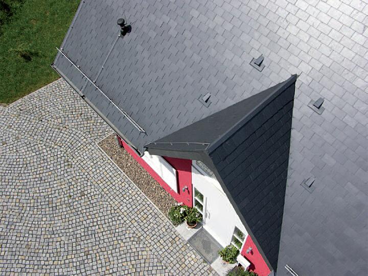 Nadaje się do tosowania przy wznoszeniu nowoczesnych domów o prostych liniach: podwójne krycie prostokątne wykonane z łupka firmy Rathscheck