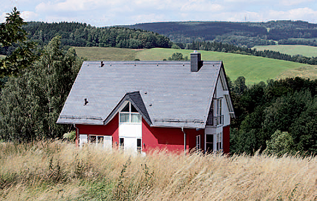 Nadaje się do stosowania przy wznoszeniu nowoczesnych domów o prostych liniach: podwójne krycie prostokątne wykonane z łupka firmy Rathscheck