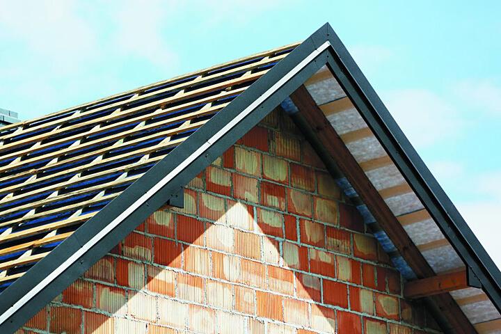 Należy pamiętać, że wiatrownice znajdują się w pasach skrajnych połaci dachowej gdzie działają znaczne siły parcia i ssania wiatru więc mocowanie powinno je uwzględniać, Fot. Blachy Pruszyński