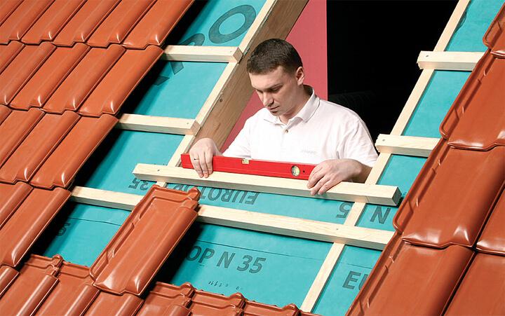 Fot. 2. Przykręcamy dolną i górną dodatkową łatę montażową, na którychbędziemy montować okno. Łata dolna musi być dokładniewypoziomowana