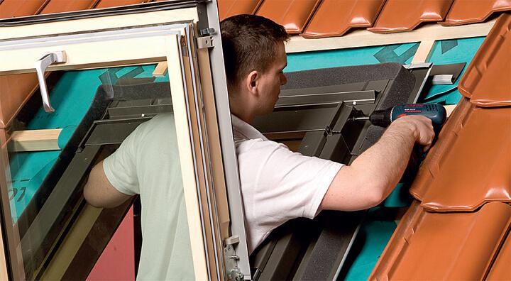 Fot. 11. Mocujemy boczne elementy kołnierza EHV – AT Thermo i przykręcamyprofile kryjące boki ościeżnicy. Dalej przykręcamy górny element kołnierza,a następnie układamy pokrycie dachowe wokół okna.