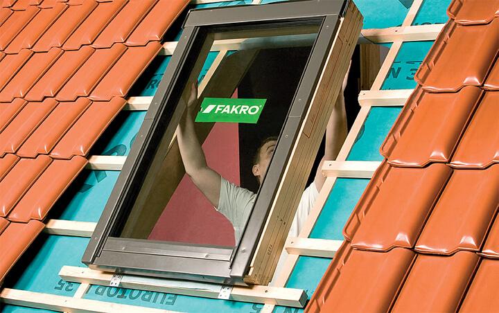 Fot. 3. Do ościeżnicy okna przykręcamy dolne i górne kątowniki montażowe.Następnie umieszczamy ościeżnicę w przygotowanymotworze. Rowek na ościeżnicy oznaczający wybraną głębokośćmontażu okna N, V lub J – powinien pokrywać się z górną powierzchniąłat. Nad oknem montujemy rynienkę odwadniającą.
