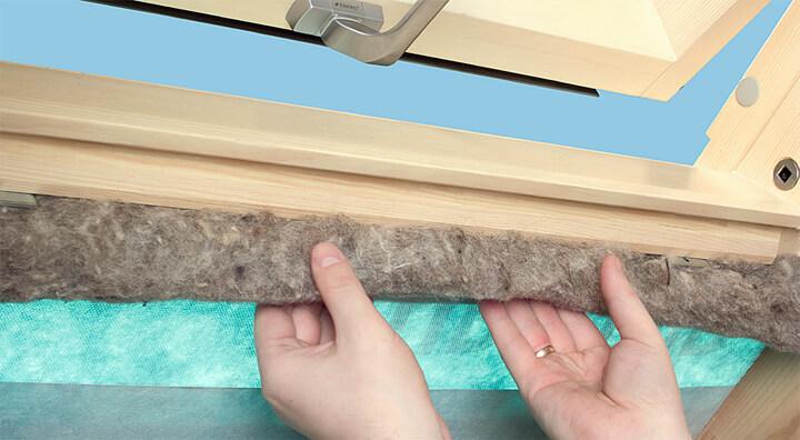 Fot. 6. W celu odpowiedniego docieplenia okna wypełniamy przestrzeńmiędzy ościeżnicą a łatami montażowymi materiałem termoizolacyjnymznajdującym się w pakiecie izolacyjnym XDK.
