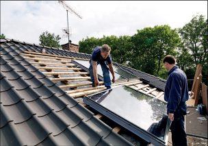Fot. 1. Montaż okien dachowych w pokryciu zapewnia dużą szczelność połączenia solaru z dachemi ogranicza straty ciepła pozyskanego przez kolektor solarny.