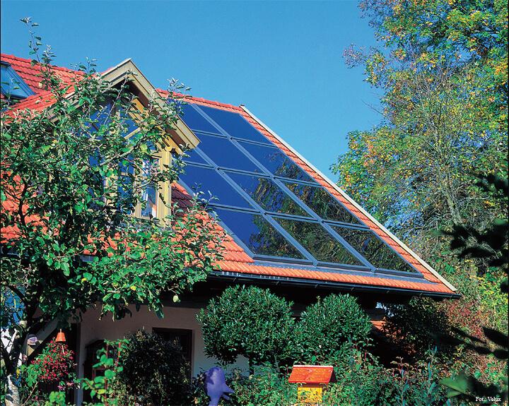 Fot. 2. Producenci okien dachowych oferują kolektory słoneczne do montażu w zespoleniach, copozwala maksymalnie wykorzystać powierzchnię dachu i ułatwia instalowanie urządzeń.