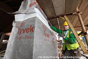 DuPont™ Tyvek® Supro Plus zainstalowany na ścianach szkoły podstawowej im. Bena Wyvisa.