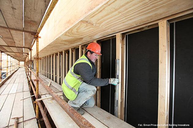 DuPont™ Tyvek® UV Facade, specjalistyczna membrana oddychająca z doskonałą odpornością na promieniowanie UV, opracowana do użytku pod otwartymi fasadami, zainstalowana za drewnianą powłoką nowej hali sportowej w szkole Bena Wyvisa.