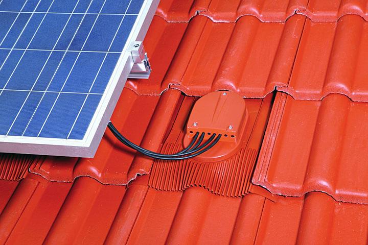 Fot: przejście przewodów solarnych Kloeber