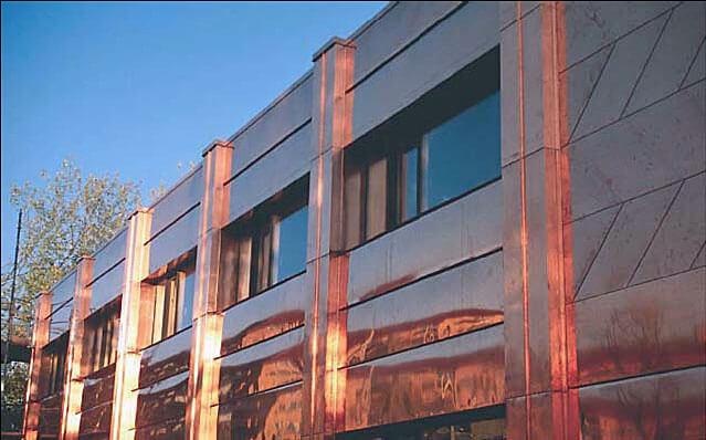 Okna wsunięte w fasadę, eliminujące odpływ wody z powierzchni miedzianych,co obniża ryzyko korozji.
