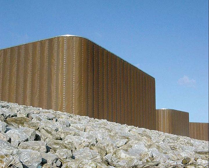 """Plymouth – Teatr Królewski Plymouth,zaprojektowany przez Ritchie, nagrodzonydwukrotnie w latach poprzednich. """"Podia""""owinięte surowcem wykonanym z drutuz brązu sprawiają wrażenie miękkiejokładziny."""