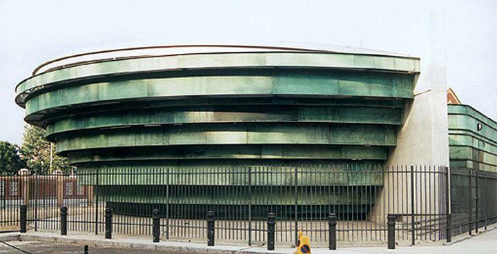 Jubileuszowe przedłużenie podziemnej londyńskiej linii - Jubilee Line Extension (JLE) zbudowanej przez Ritchie Architects, zwycięzcę nagrodyMiedź w Architekturze (Copper in Architecture). Miedź dostarczona przez Outokumpu.