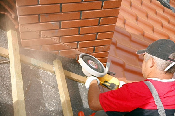 nacięcie ścian komina powinno mieć ok. 2 cm grubości