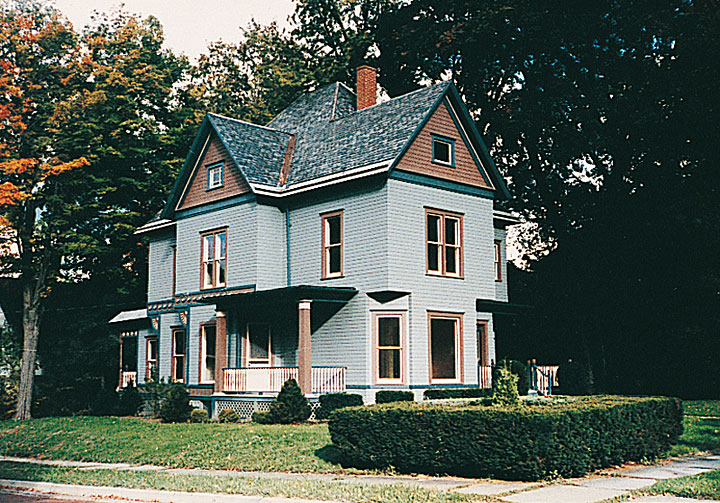 Mały, drewniany domek