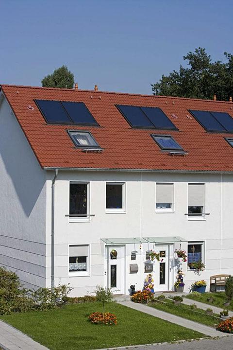 """Przykład montażu kolektorów Schüco """"w dach"""" w budynku szeregowym Fot. Schüco"""