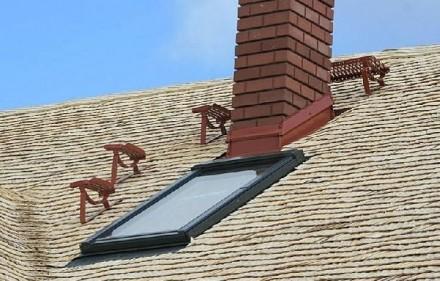 Dach z drzewa osikowego przez rok od ułożenia wysycha, przez co zmienia się jego barwa, co jest charakterystyczne dla drewna. Należy wtedy jak najrzadziej chodzić po dachu.Fot. EkoDachPol