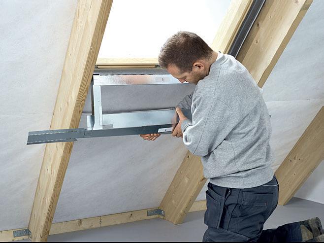 Fot. 2. Montaż dolnego elementu stelaża wnęki okna dachowego.