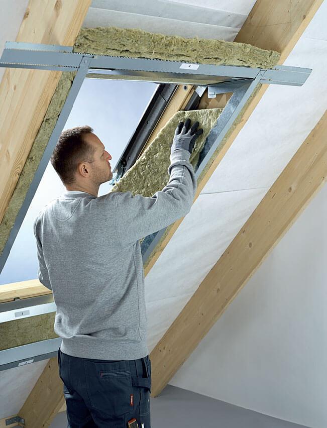Fot. 3. Ocieplanie okna dachowego po zamontowaniu stelaża wnęki.