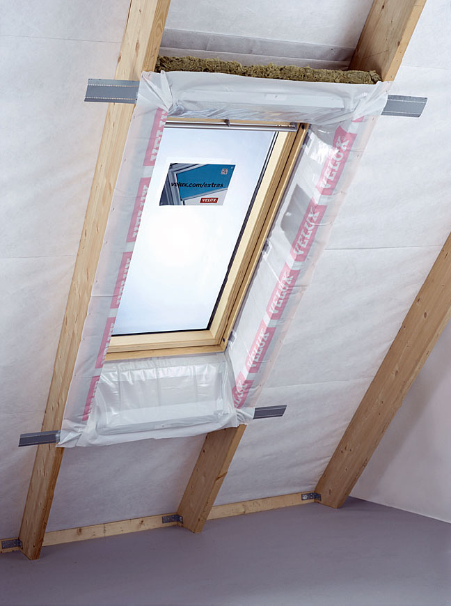 Fot. 4. Wookółokienna paroizolacja szczelnieokala okno dachowe.