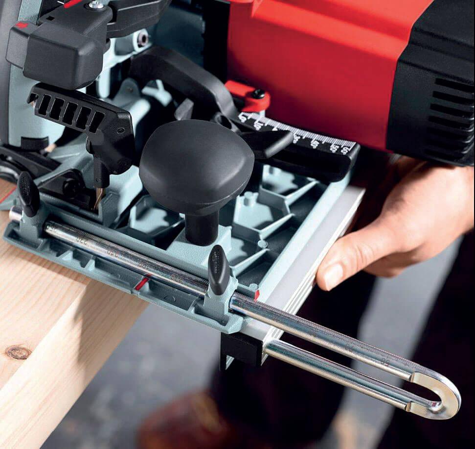 Fot. 2. Specjalna prowadnica dolna umożliwia cięcie wzdłuż krawędzi nawet bardzo wąskich materiałów.
