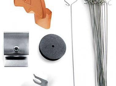 Elementy systemu Creaton FirstFix: ceramiczna zaślepka systemowa początkowa/końcowa gąsiora, drut montażowy, klamra gąsiora ze stali szlachetnej, zestaw zaciskowy