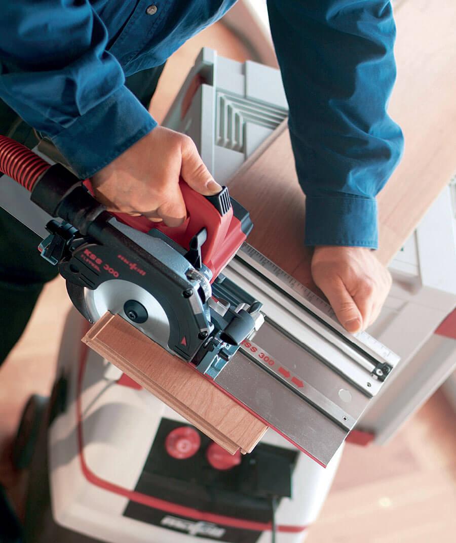 Fot. 3 Zintegrowana pilarka z prowadnicą tworzy jedną maszynę pozwalając na obsługę tylko jedną ręką. Nie potrzeba nawet stołu roboczego.
