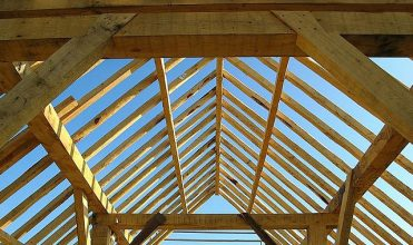 Montaż więźby dachowej tradycyjnej i prefabrykowanej - podstawowe zasady