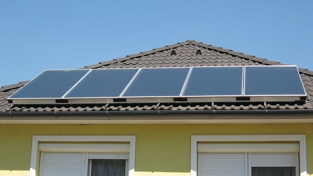 Kolektory płaskie na dachu domu jednorodzinnego