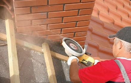 Fot. 1 Nacięcie ścian komina powinno mieć ok. 2 cm grubości.